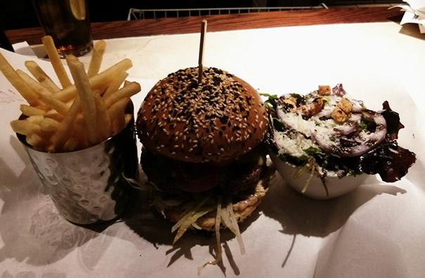 Hamburguesa con bacon y queso, con patatas y ensalada