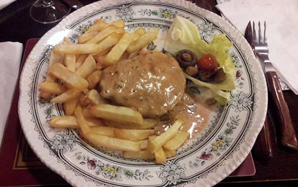 filete con salsa de pimienta y patatas