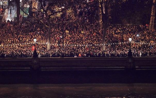 Gente celebrando Nochevieja en Londres