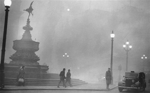 Niebla tóxica cubriendo Piccadilly Circus