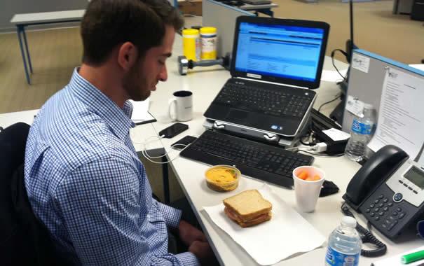Hombre comiendo en el trabajo