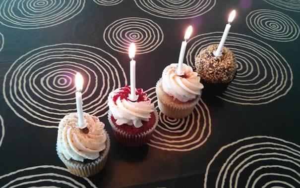 cuatro cupakes con velas