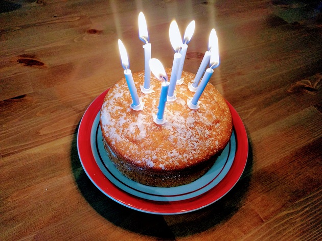 7 velas sobre una tarta Victoria sponge
